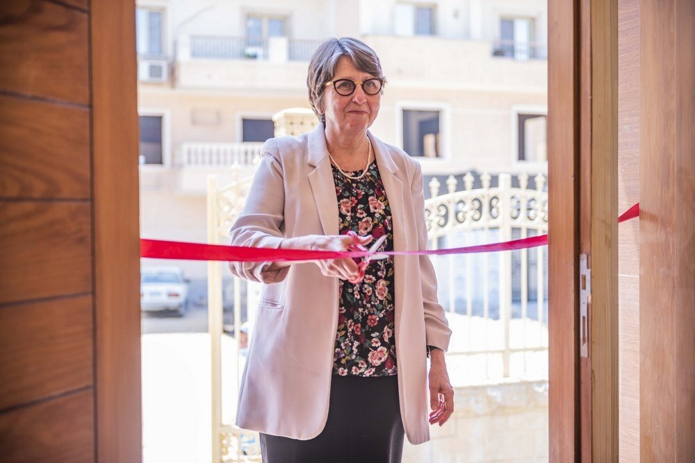Ms. Kansikas-Debraise cuts the ribbon to officially open HEI Schools New Cairo.