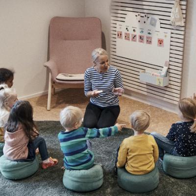 Teacher with children in circle 400 x 400